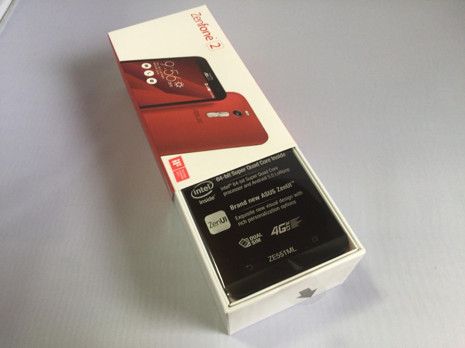 Zenfone 2を開封している様子