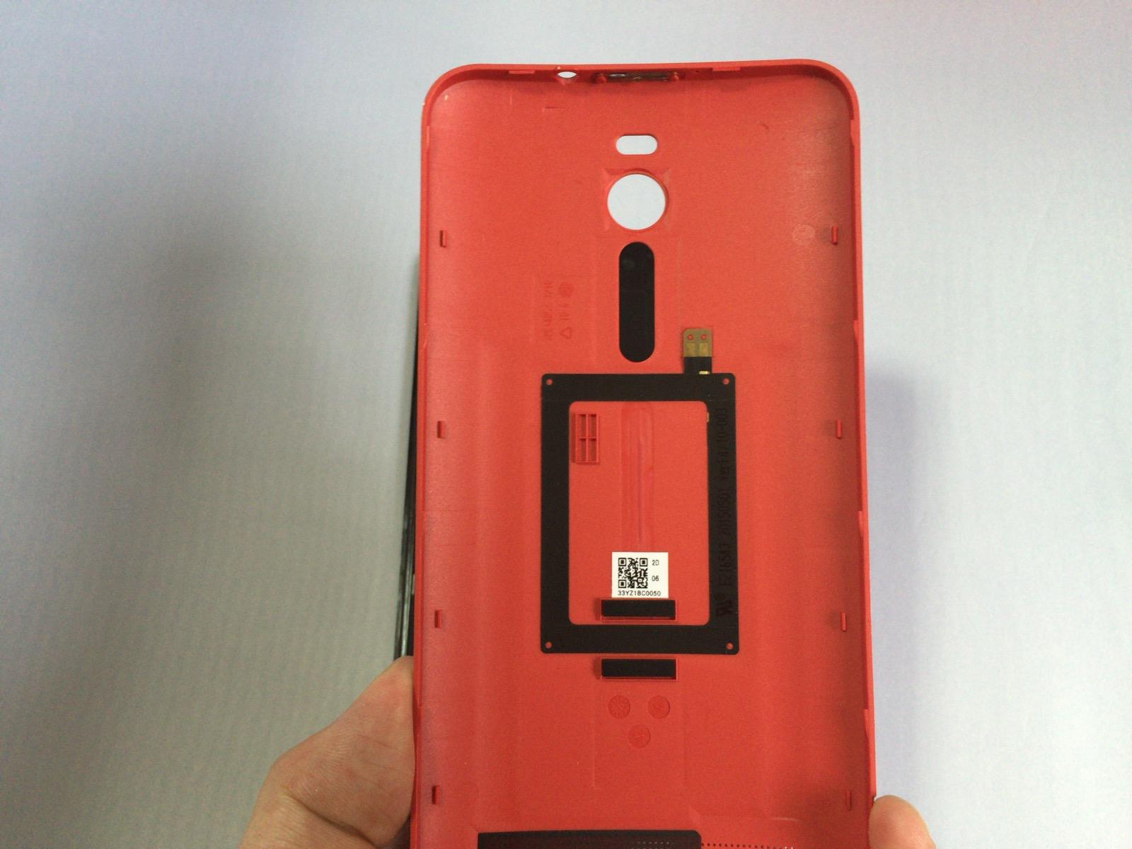 Zenfone 2のバックパネルカバーの裏側の様子