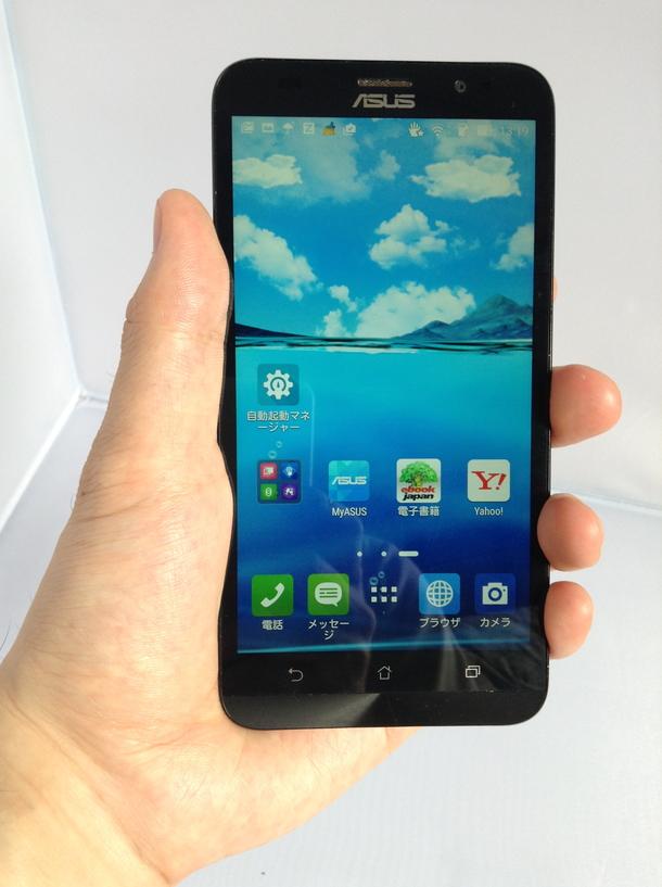 Zenfone 2を手で持っている写真