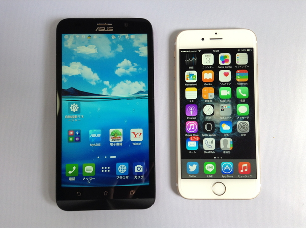Zenfone 2とiPhone 6を横並びにしてベゼル幅を比較している写真