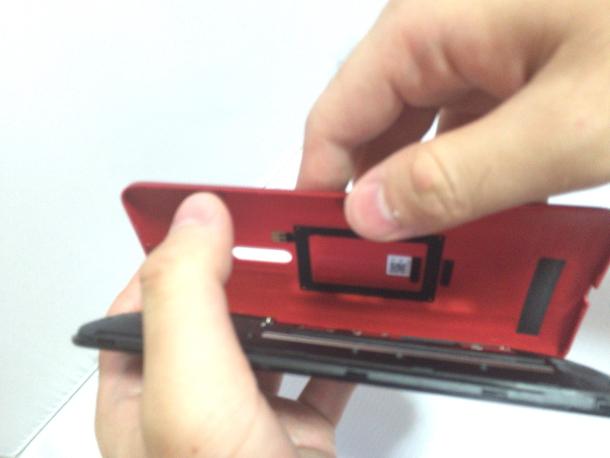 Zenfone 2の背面カバーを開ける所