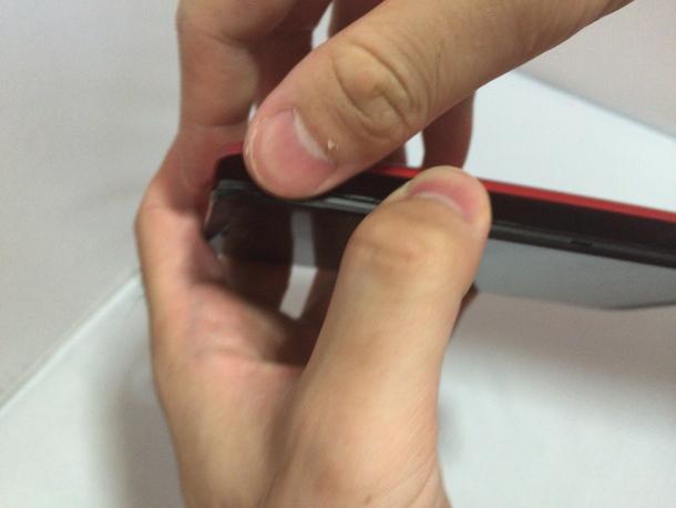 Zenfone 2の背面カバーを外す所