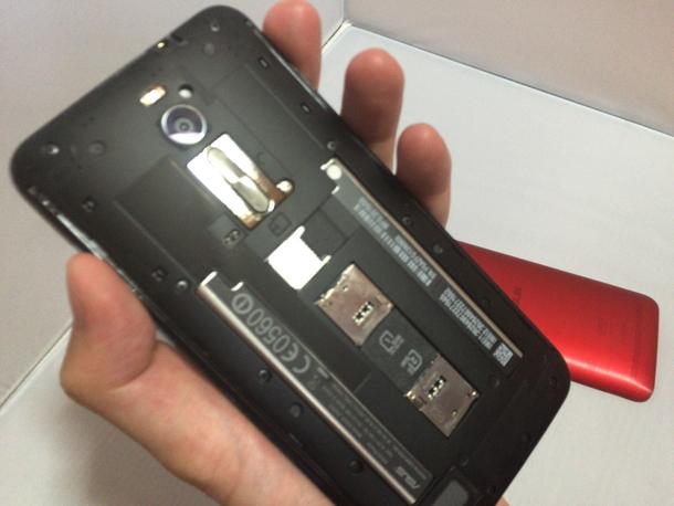 Zenfone 2の背面カバーを外した状態の裏面の様子