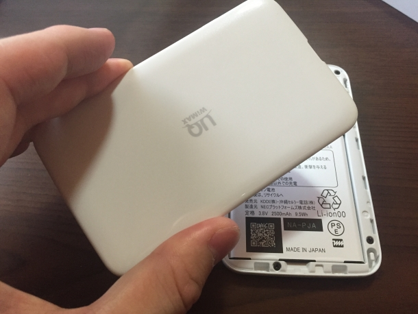 WiMAX2+モバイルルーターWX02の背面カバーを取り付けるところ